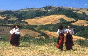 Festa campestre in prossimità dell'impianto eolico di Montefalcone